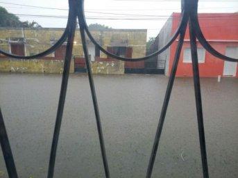 Por la intensa lluvia, varios sectores de la ciudad están inundados
