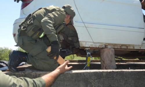 Narco llevaba carga de marihuana en zócalos de un Mercedes Benz