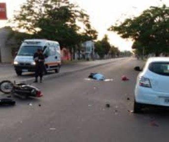 Motociclista murió tras chocar un automóvil estacionado