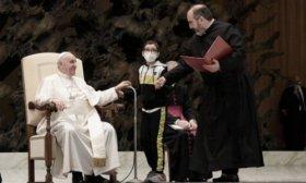 El curioso momento del Papa y un ni�o que le quiso robar el solideo durante la Audiencia