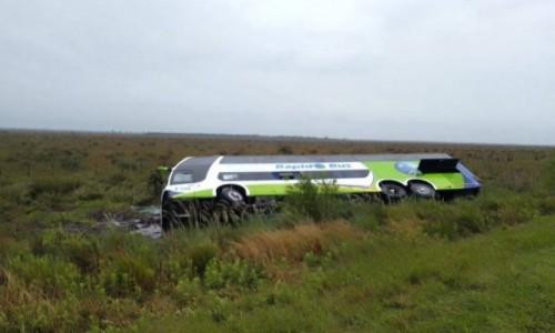Un colectivo despistó y volcó sobre Ruta 5: llevaba 18 pasajeros